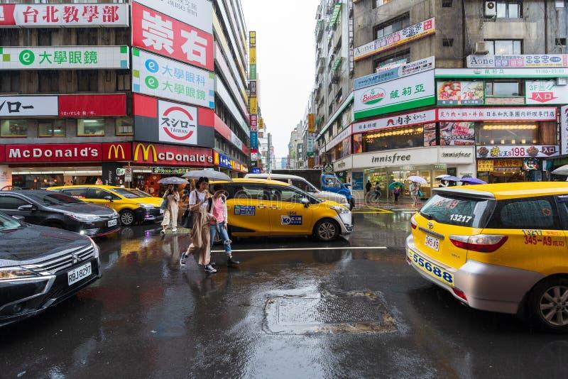 Tráfico en el camino con lluvia el caer en el distrito de Ximen, Taipei, Taiwán fotos de archivo libres de regalías