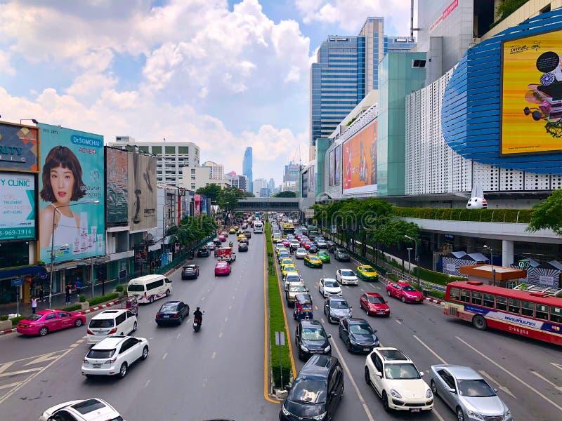 Tráfico en el camino de Sukhumvit, área comercial, Bangkok imagen de archivo
