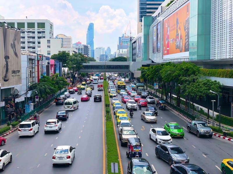Tráfico en el camino de Sukhumvit, área comercial, Bangkok imagen de archivo libre de regalías