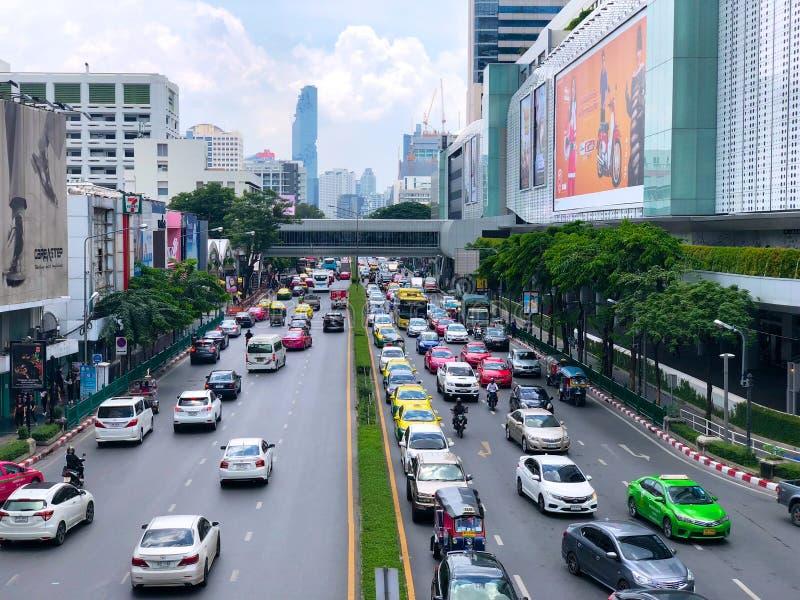 Tráfico en el camino de Sukhumvit, área comercial, Bangkok foto de archivo libre de regalías