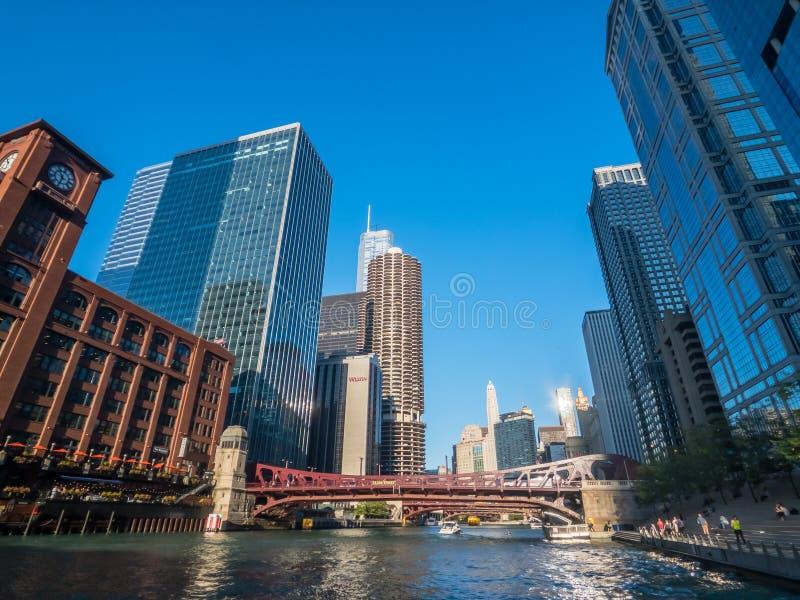 Tráfico en el centro de la ciudad y lugares de interés a la hora del sol foto de archivo libre de regalías