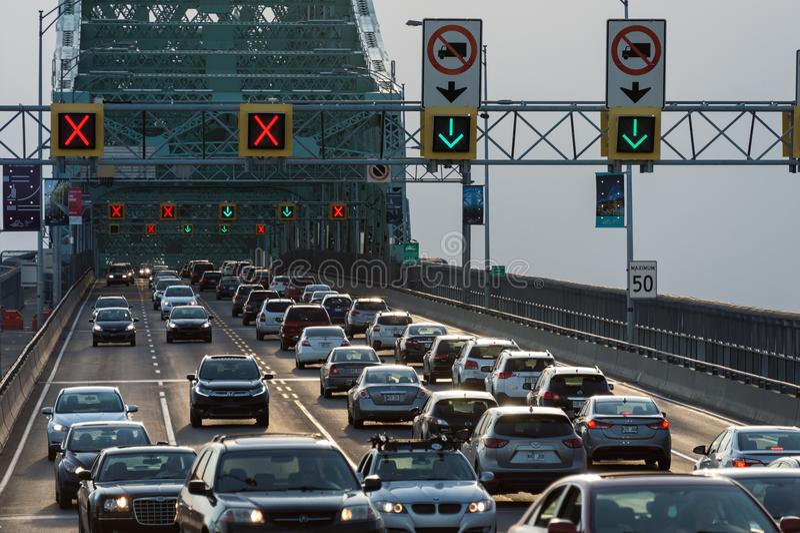 Tráfico en el puente de Jacques Cartier fotos de archivo
