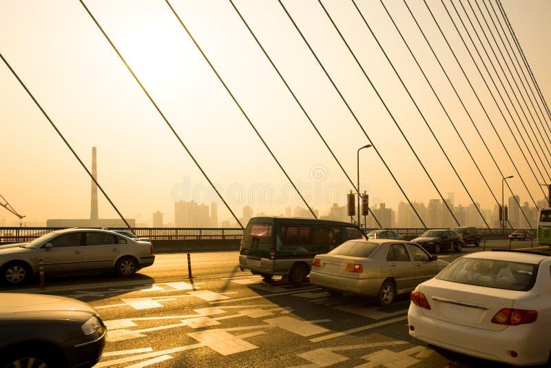 Tráfico en el puente de Nanpu en Shangai fotos de archivo