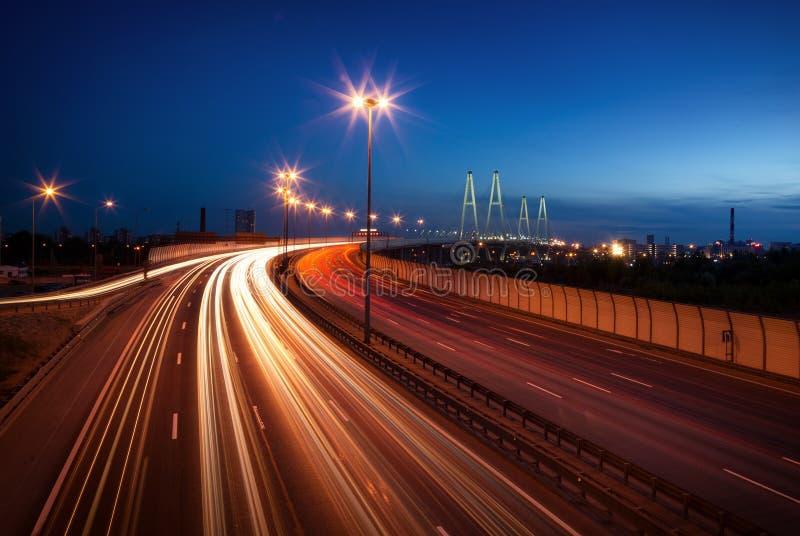 Tráfico en el puente en la noche foto de archivo