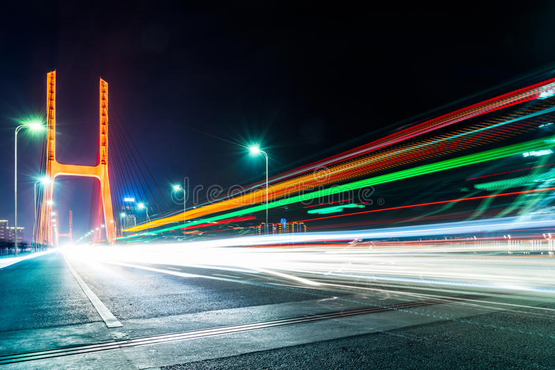 Tráfico en el puente en la noche en Nanchang imagenes de archivo