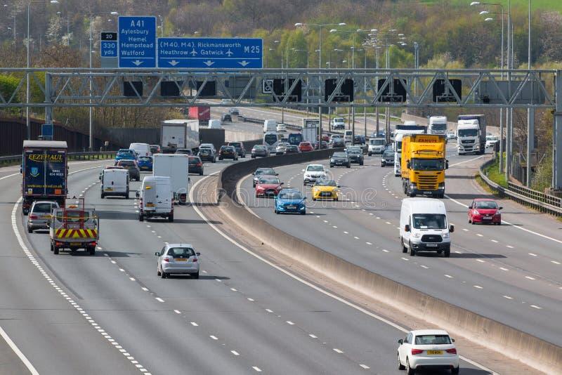 Tráfico en la autopista británica M25 imagen de archivo libre de regalías