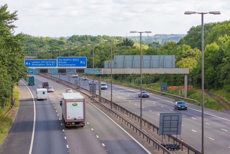 Tráfico en la autopista británica M5: West Bromwich, Birmingham, Reino Unido imagen de archivo