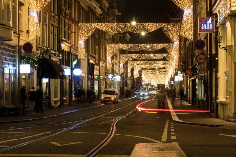 Tráfico en la calle adornada con las luces de la Navidad, Amsterdam imagen de archivo