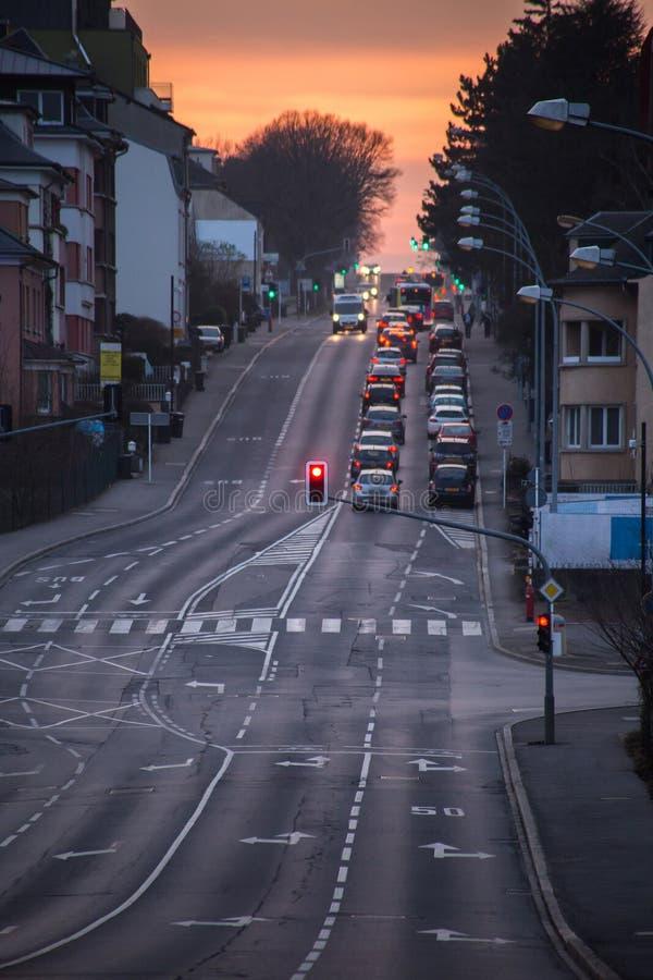 Tráfico en la calle de la ciudad fotos de archivo