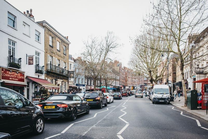 Tráfico en la calle principal de Hampstead en Hampstead, Londres, Reino Unido foto de archivo libre de regalías