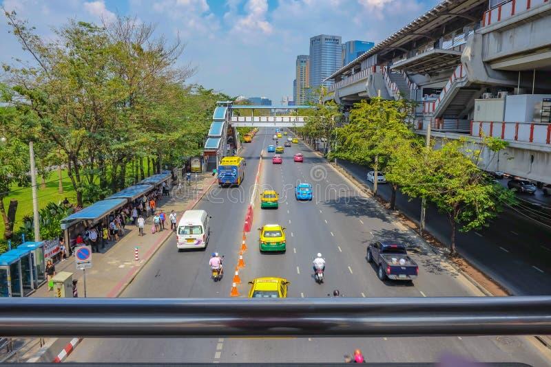 Tráfico en la ciudad de Bangkok en la estación del BTS del chit del MES imágenes de archivo libres de regalías