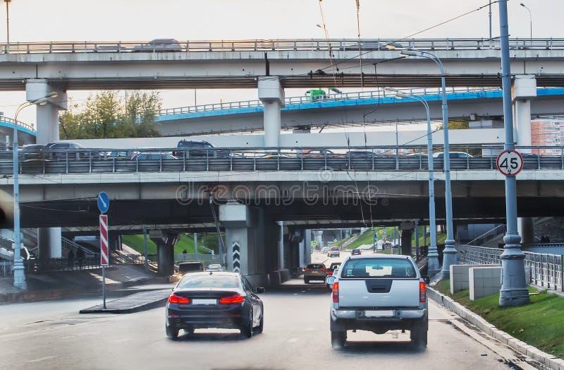 tráfico en la ciudad en diversos niveles imagen de archivo libre de regalías