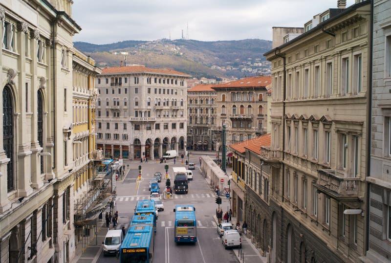 Tráfico en la plaza Goldoni en Trieste, Italia fotos de archivo libres de regalías