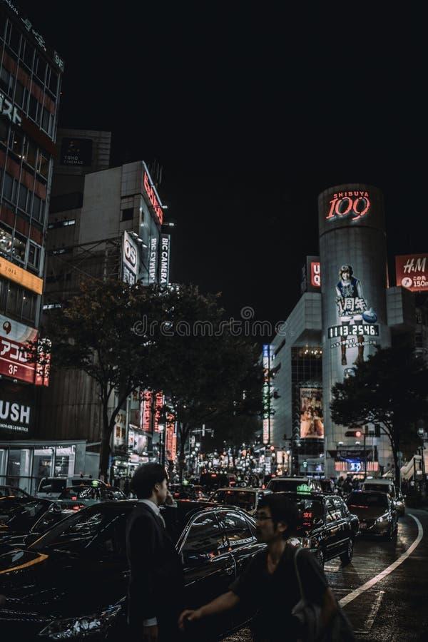 Tráfico en las calles de Tokio, Japón en la noche
