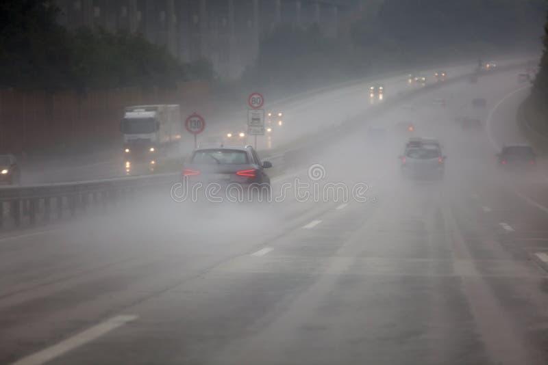 Tráfico en las fuertes lluvias imagen de archivo libre de regalías