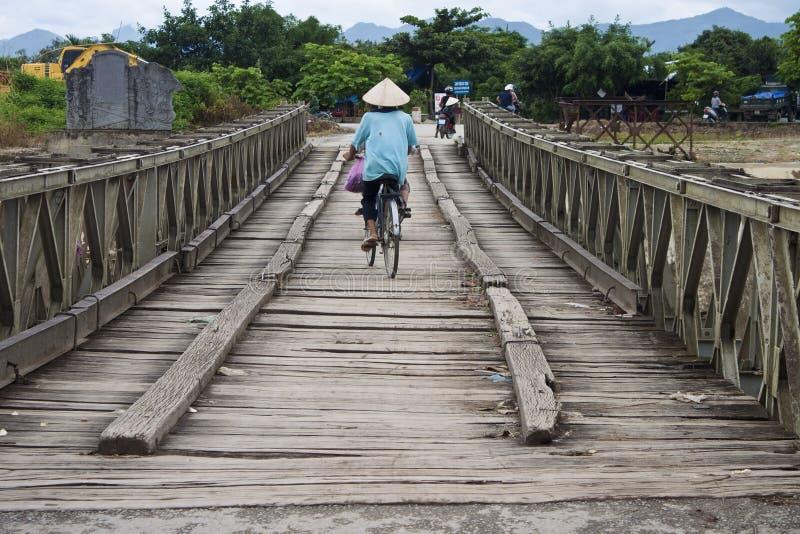 Tráfico en un puente viejo foto de archivo libre de regalías