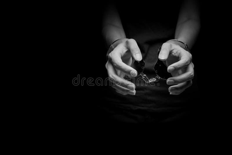 Tráfico humano do conceito, menina da mão no grilhão imagem de stock