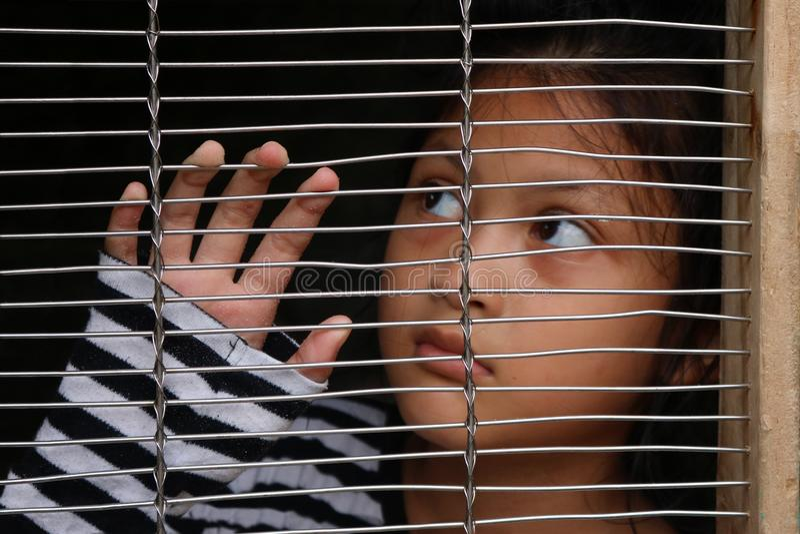Tráfico humano, niños asiáticos de la muchacha en la jaula fotos de archivo