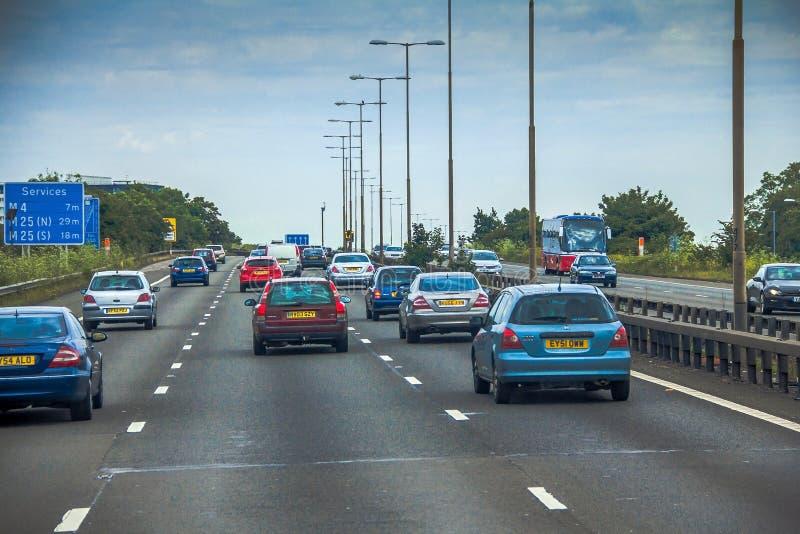 Tráfico izquierdo intensivo en los caminos británicos entre Windsor y Londres foto de archivo