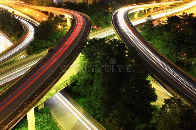 Tráfico a la ciudad con la luz del coche del movimiento foto de archivo libre de regalías
