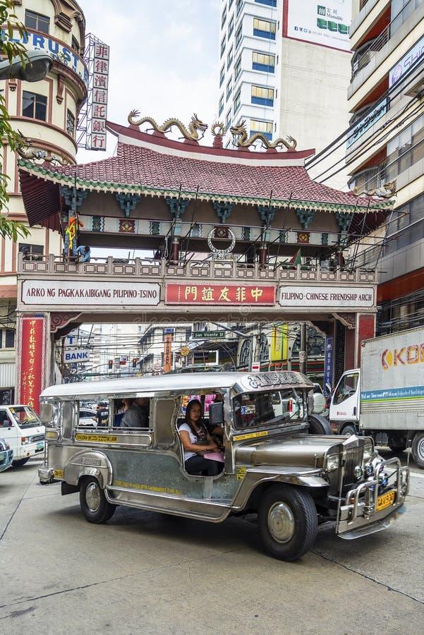 Tráfico local del transporte del autobús de Jeepney en stre céntrico de la ciudad de Manila fotos de archivo