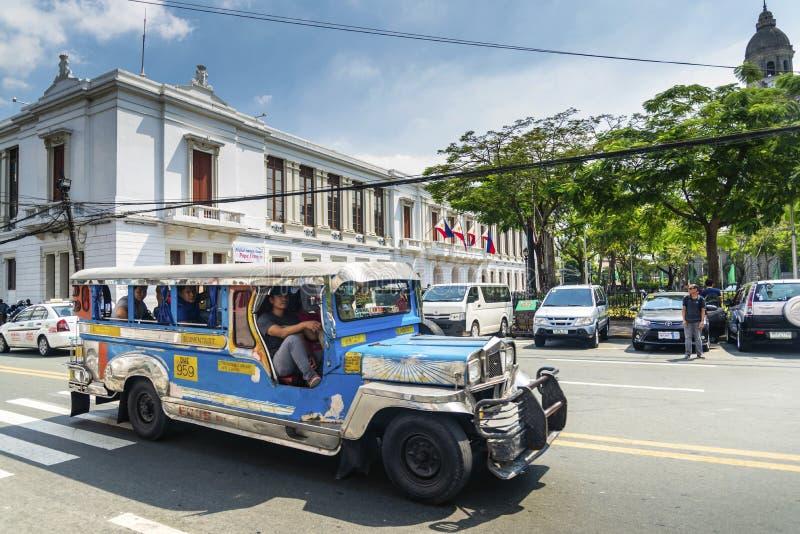 Tráfico local del transporte del autobús de Jeepney en stre céntrico de la ciudad de Manila fotografía de archivo