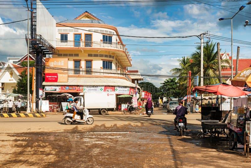 Tráfico local en la carretera principal en el Kampong Thom, Camboya fotografía de archivo libre de regalías
