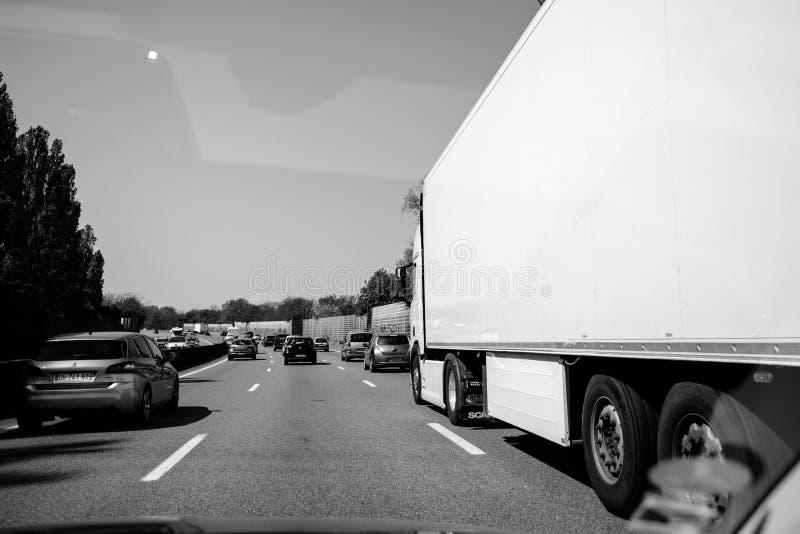 Tráfico moderado en la opinión de perspectiva francesa de la carretera imagenes de archivo