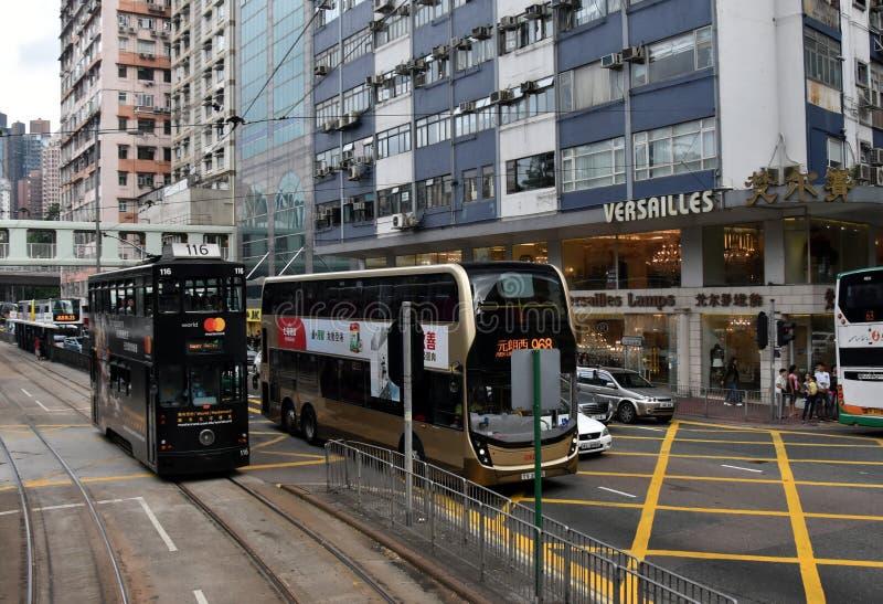 Tráfico por carretera, tranvía doble, autobús del autobús de dos pisos y rascacielos en Hong Kong Island fotos de archivo libres de regalías