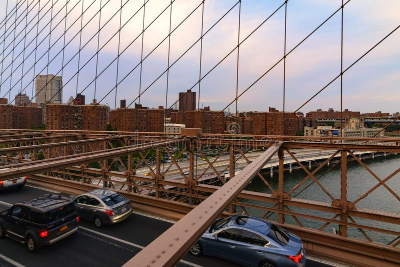 Tráfico que cruza el puente de Brooklyn en New York City foto de archivo libre de regalías