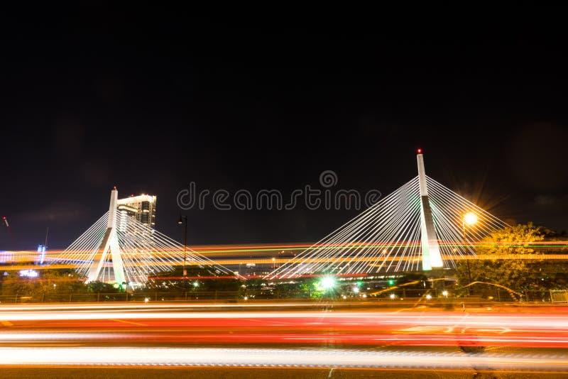 Tráfico que pasa el puente de Zakim en la noche fotos de archivo libres de regalías