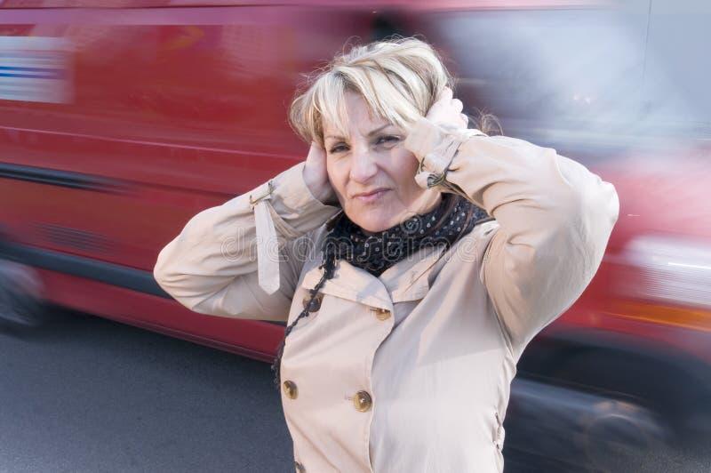 Tráfico ruidoso y mujer imagen de archivo libre de regalías