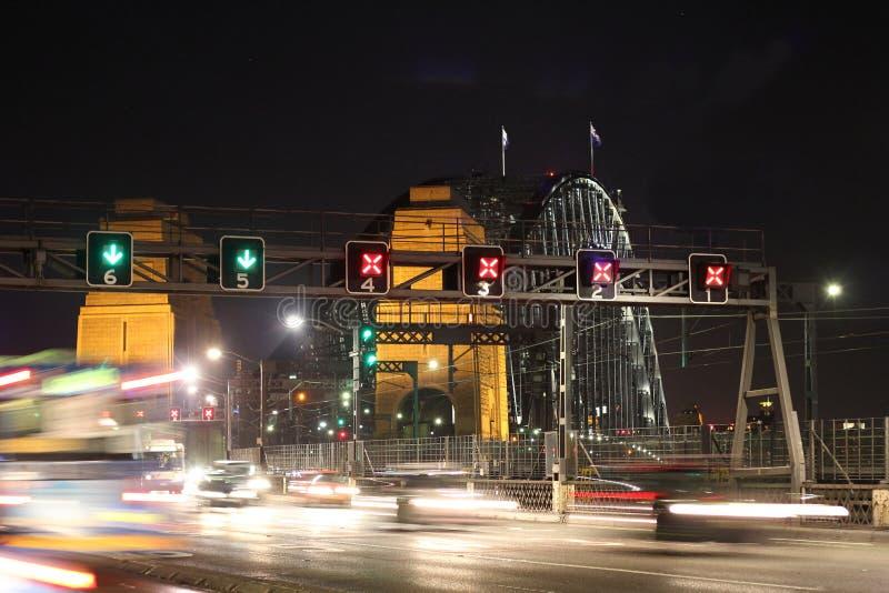 Tráfico sobre el puente de puerto de Sydney foto de archivo
