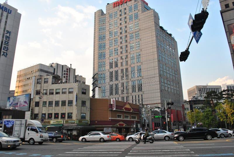 Tráfico y arquitectura Seul, Corea foto de archivo