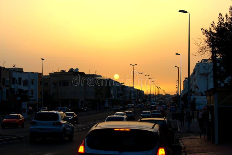 Tráfico y puesta del sol foto de archivo