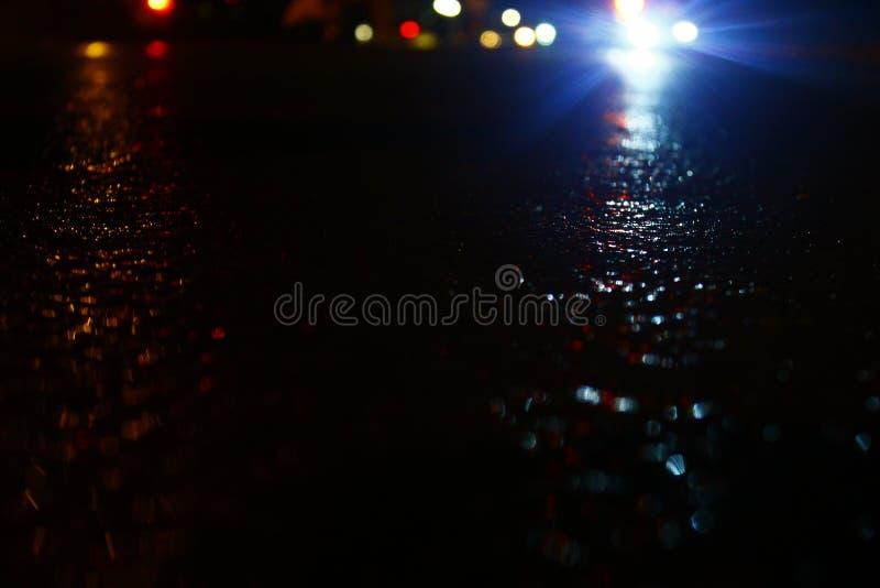 Tráfico y una noche lluviosa fotografía de archivo libre de regalías
