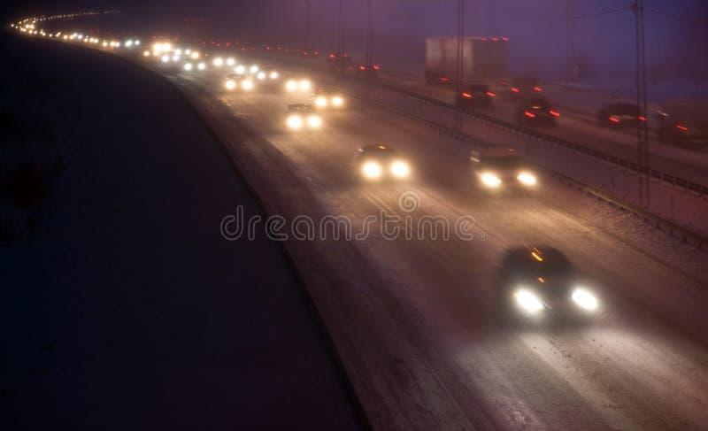 Trânsito intenso em uma noite do inverno imagem de stock