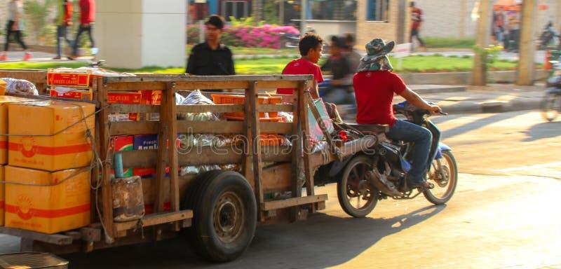 Trânsito intenso na beira cambojana foto de stock royalty free