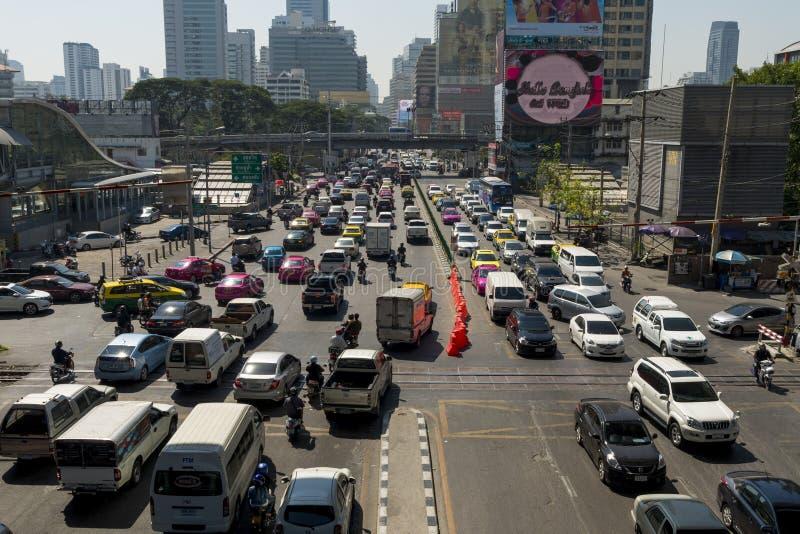 Trânsito intenso na rua imagens de stock