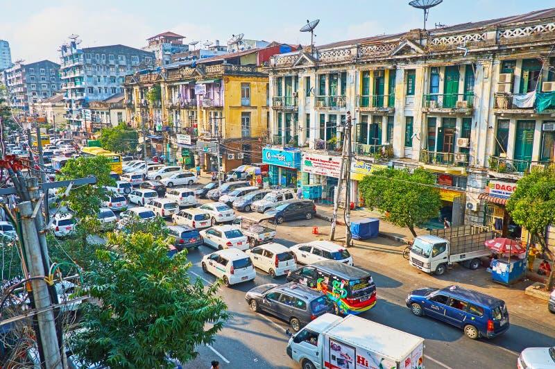Trânsito intenso no bairro chinês de Yangon, Myanmar imagem de stock