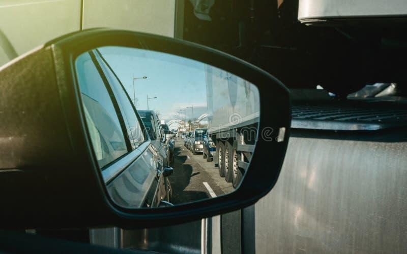 Trânsito intenso no ponto de vista do espelho retrovisor da estrada imagem de stock royalty free