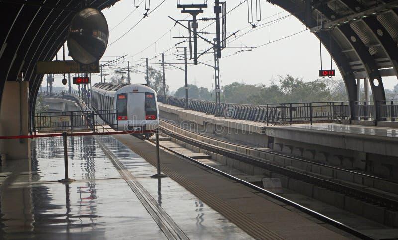 Trânsito público India da massa do trilho do metro de Deli foto de stock