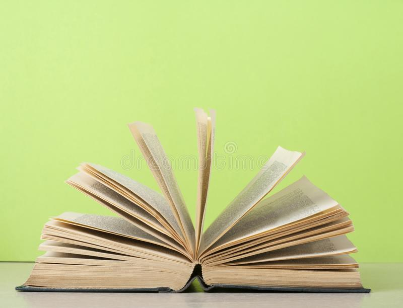 träöppen tabell för bok sax och blyertspennor på bakgrunden av kraft papper tillbaka skola till Kopiera utrymme för text arkivbilder