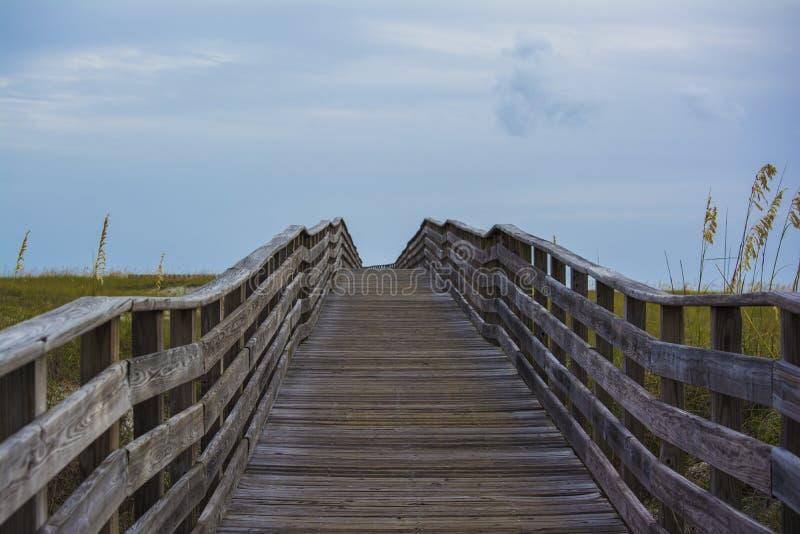 Trä överbrygga på stranden royaltyfri fotografi