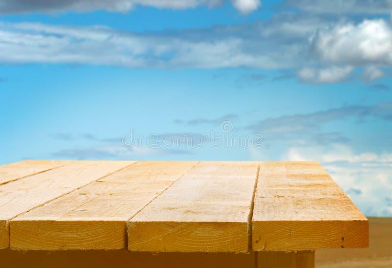 Trä bordlägga mot en blåttsky arkivbild