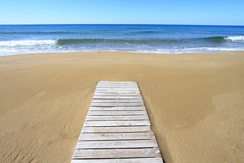 Trä däcka på stranden royaltyfri bild