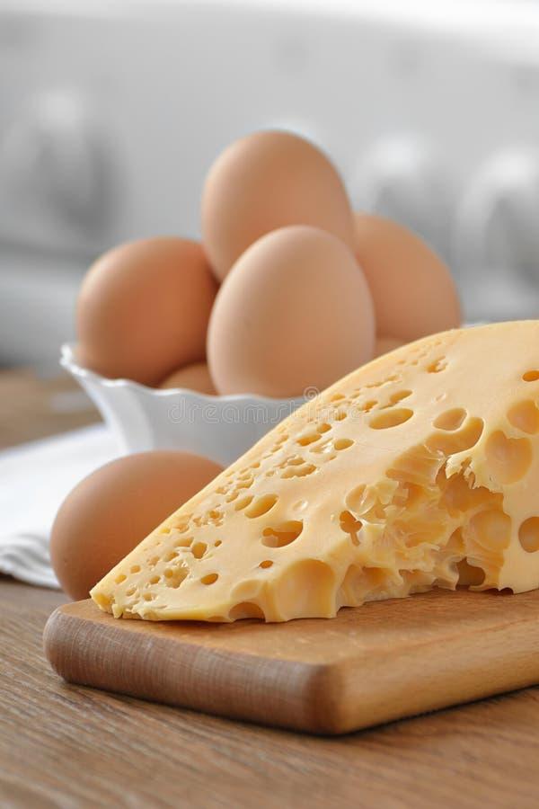 trä för ägg för osthönamaträtt vitt royaltyfria bilder
