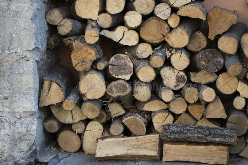Trä för att värma ugnar staplade på de arkivbilder