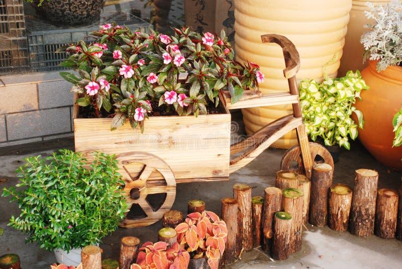 trä för form för vagnsträdgårdkruka fotografering för bildbyråer