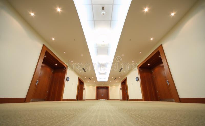 trä för hall för slut för korridordörrdörrar arkivbilder